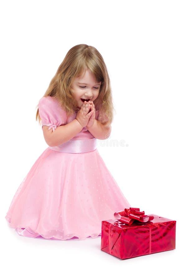 Petite fille avec le cadre de cadeau photo stock