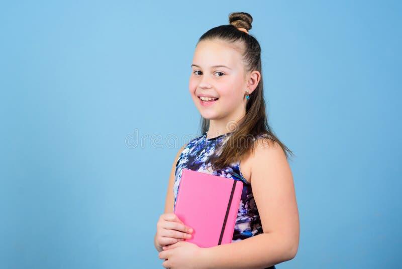 petite fille avec le carnet rose r Fut? et adorable ?coli?re pr?te pour la le?on ?cole photographie stock