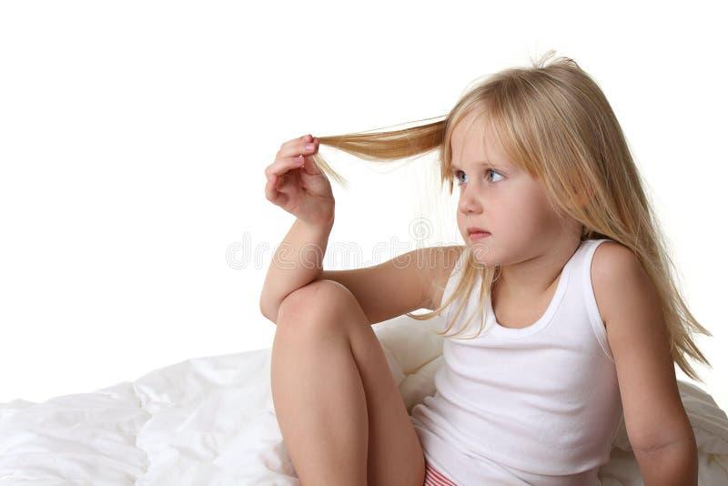 Petite fille avec le cheveu de blong photographie stock libre de droits