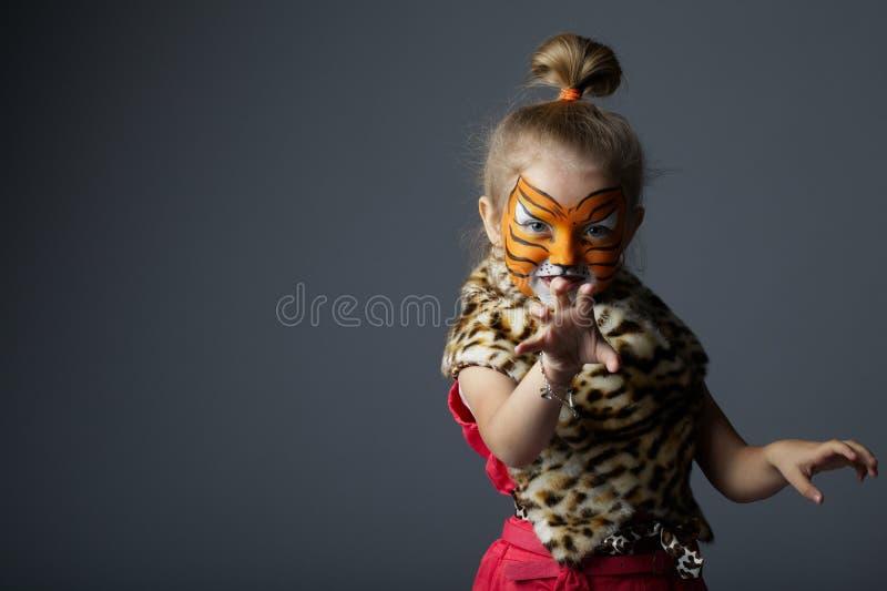 Petite fille avec le costume de tigre photographie stock libre de droits