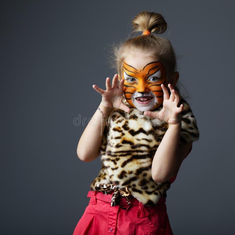 Petite fille avec le costume de tigre images stock