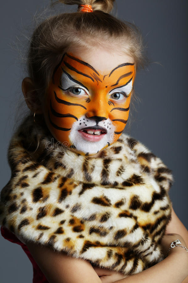 Petite fille avec le costume de tigre photographie stock