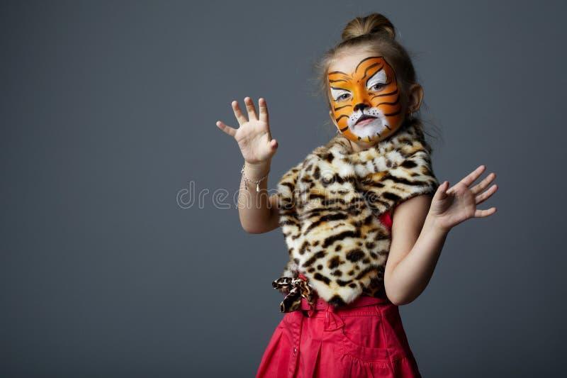 Petite fille avec le costume de tigre photo libre de droits