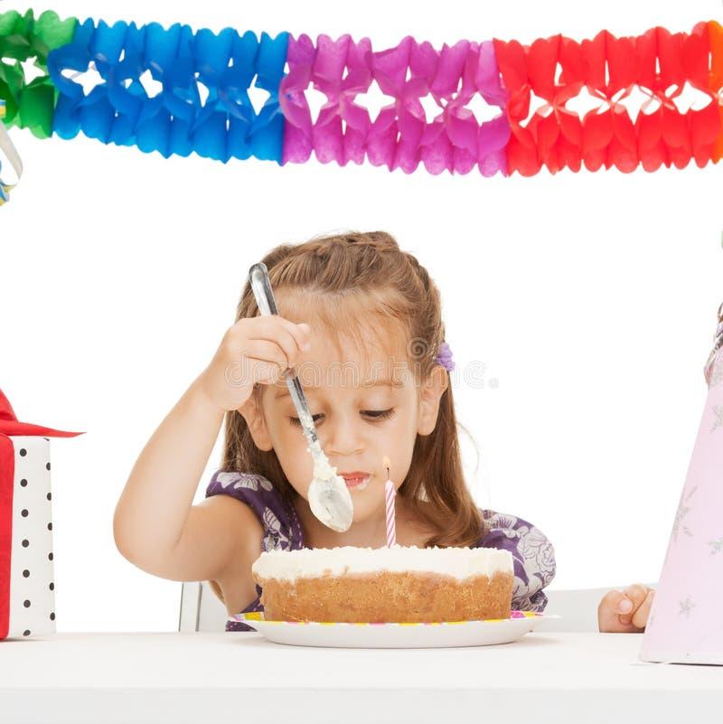 Petite fille avec le gâteau d'anniversaire photo libre de droits