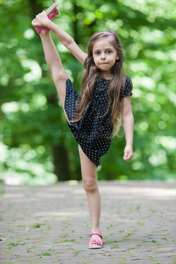Petite fille avec le grand étirage photos libres de droits