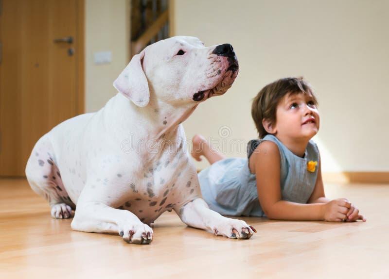 Petite fille avec le grand chien blanc photographie stock libre de droits