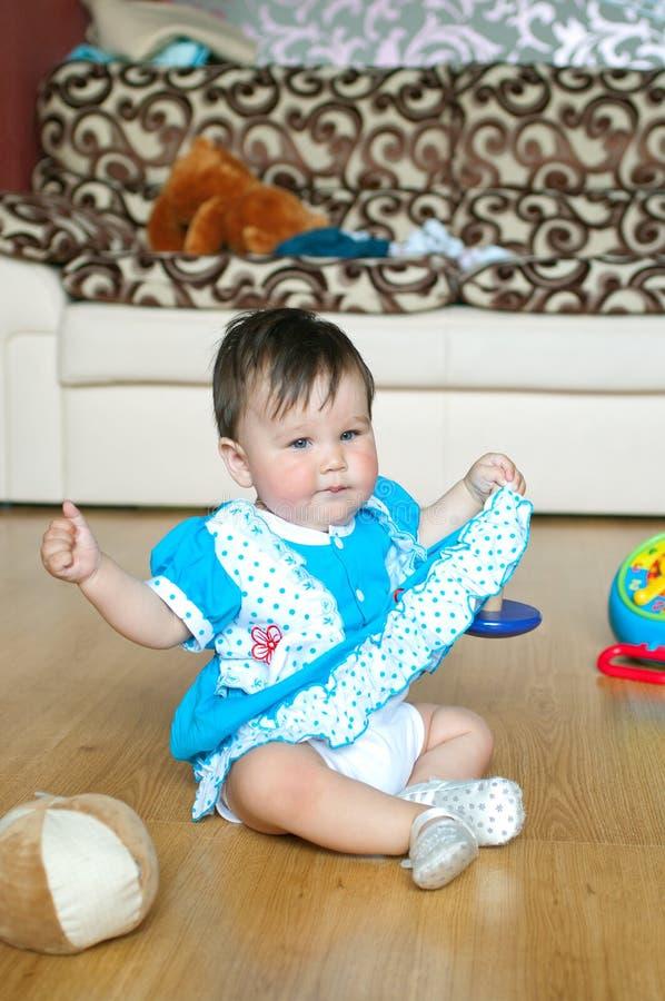 Petite fille avec le jouet images libres de droits
