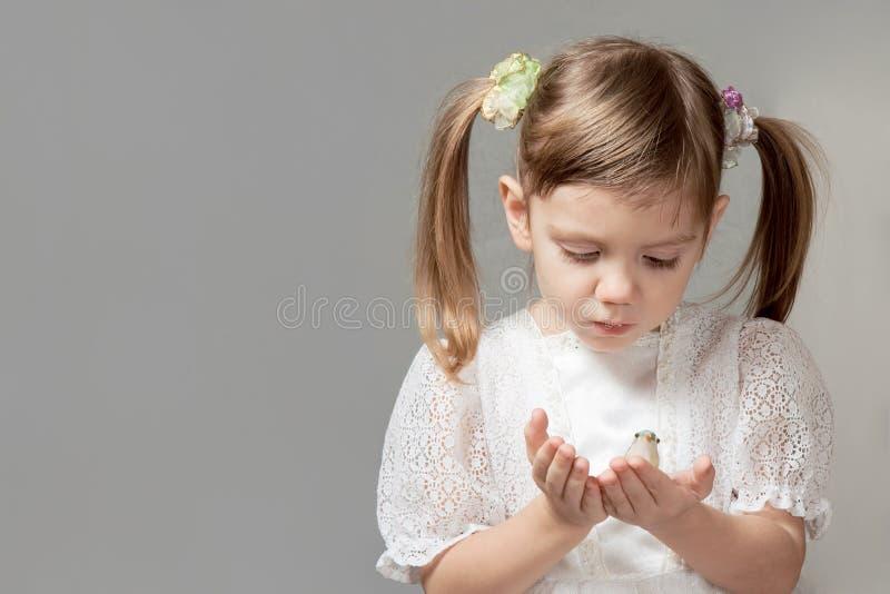 Petite fille avec le jouet d'oiseau images libres de droits
