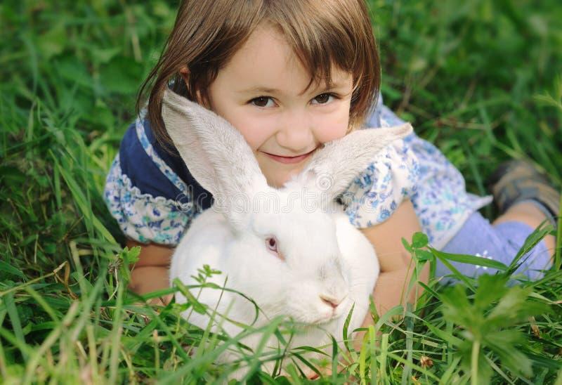 Petite fille avec le lapin photos libres de droits