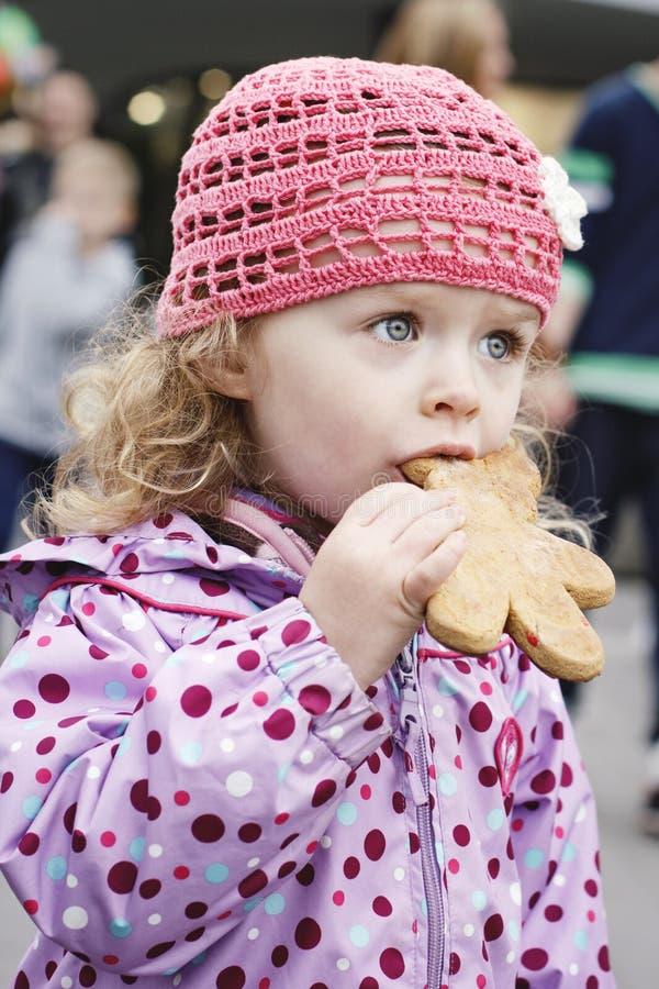 Petite fille avec le pain d'épice photographie stock