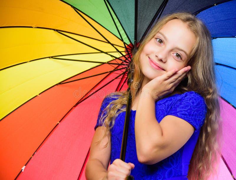 Petite fille avec le parapluie par temps pluvieux image heureuse de fille peu de vecteur de parapluie Sentiment protégé à ce jour image stock