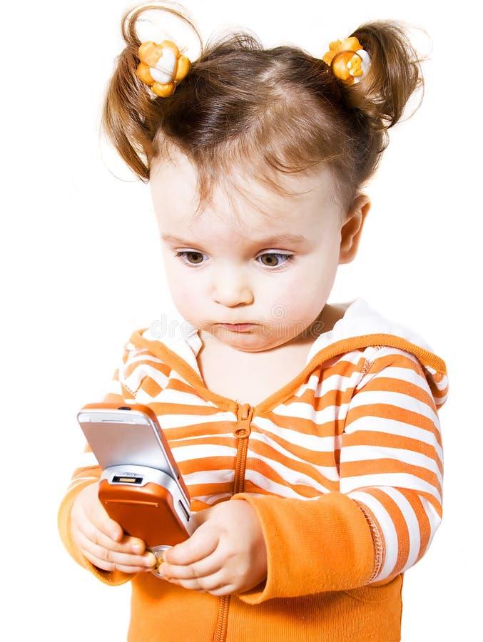 Petite fille avec le phone mobile photos libres de droits