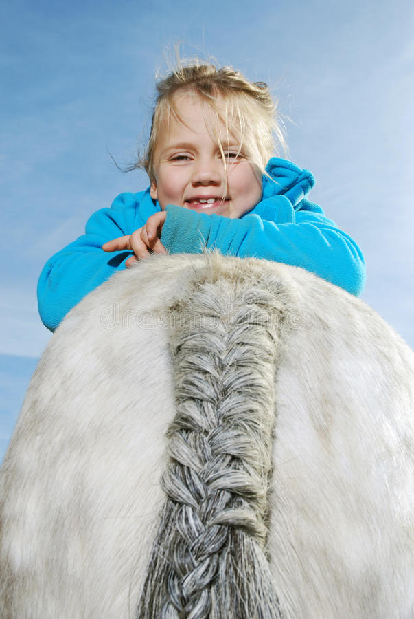 Petite fille avec le poney photographie stock libre de droits