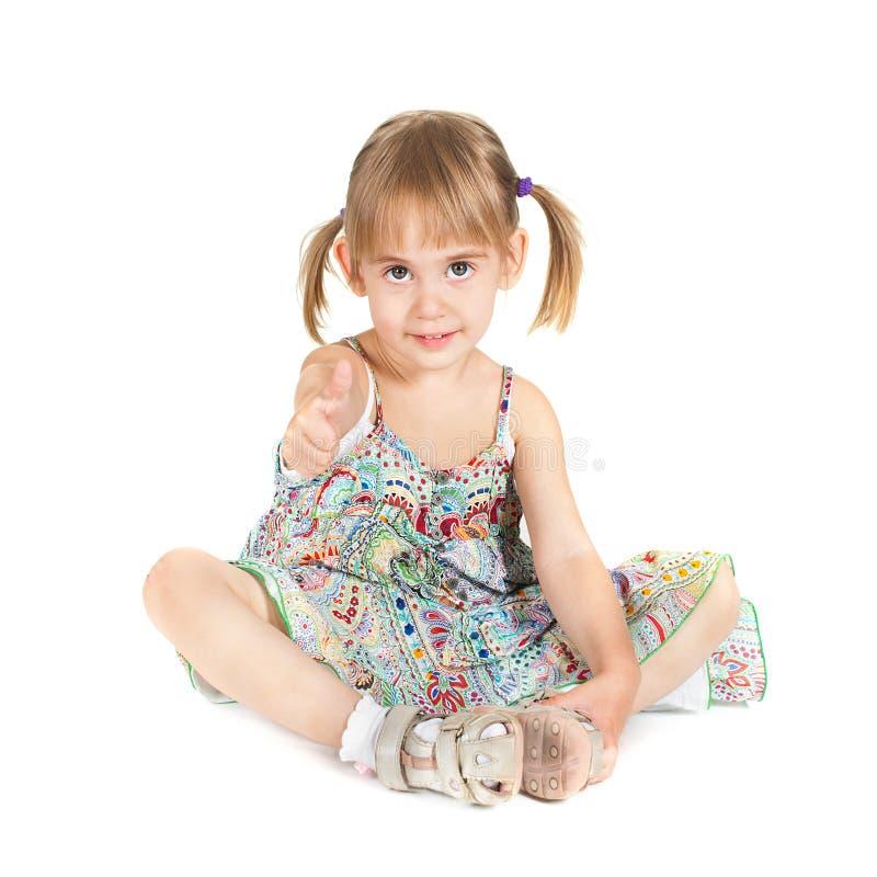 Petite fille avec le pouce vers le haut sur le fond blanc images libres de droits