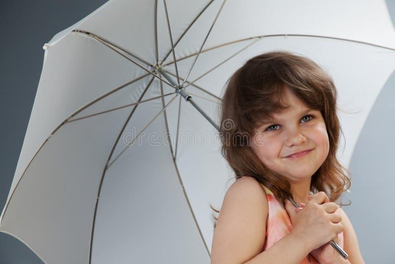 Petite fille avec le projectile de studio de parapluie photographie stock