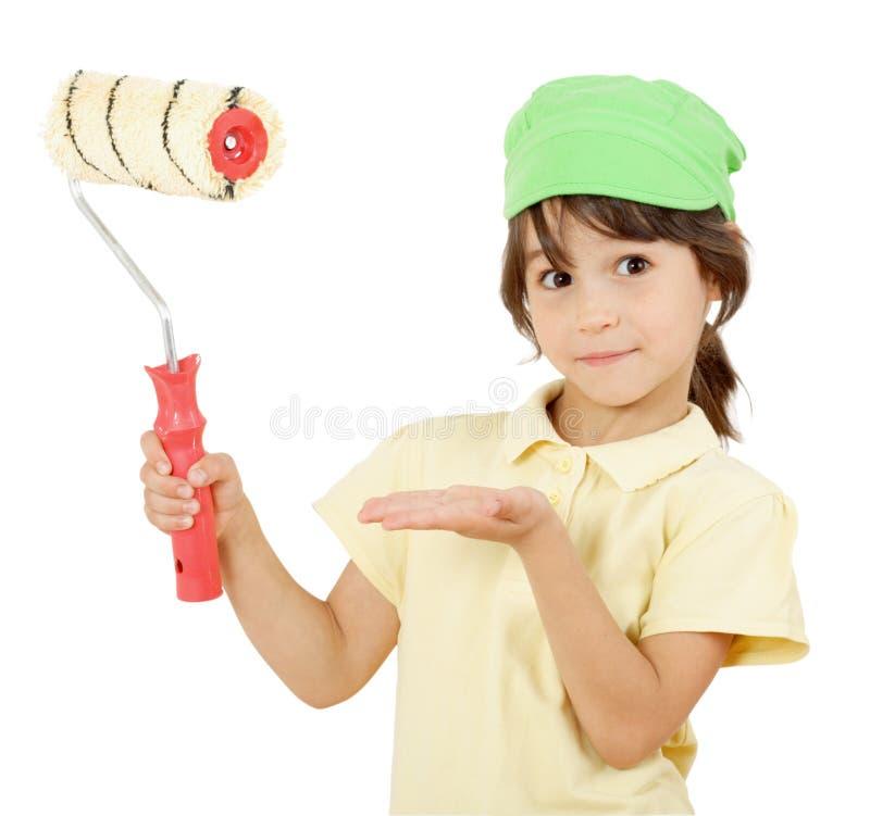 Petite fille avec le rouleau de peinture photographie stock libre de droits