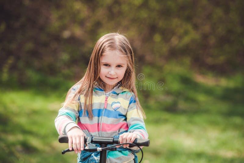 Petite fille avec le scooter photos libres de droits
