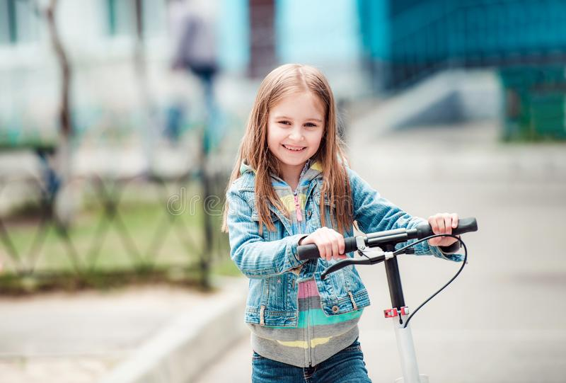 Petite fille avec le scooter photographie stock