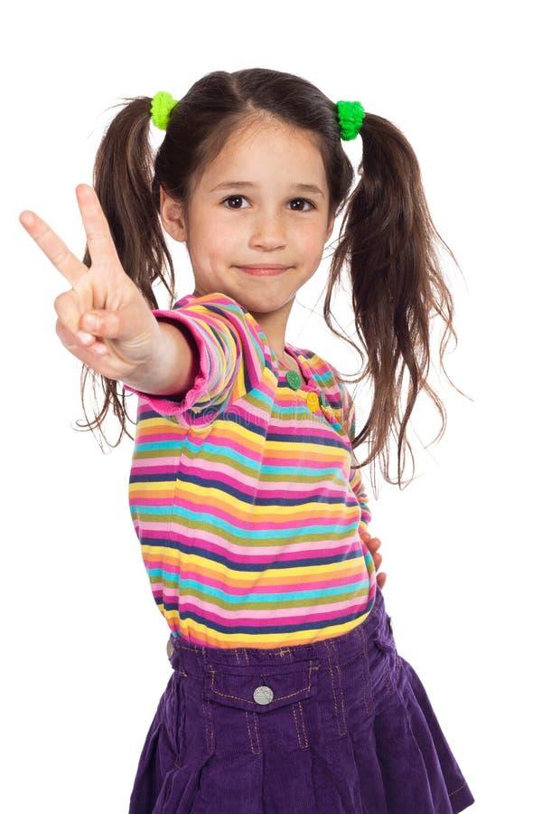 Petite fille avec le signe de victoire images libres de droits