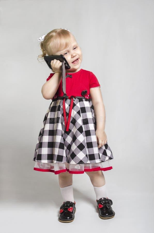 Petite fille avec le smartphone photo stock