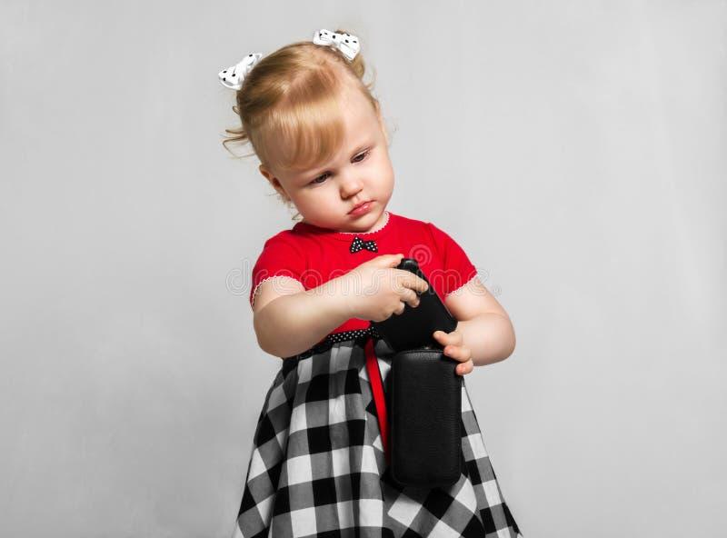 Petite fille avec le smartphone photos stock