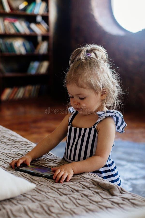Petite fille avec le téléphone portable photos libres de droits