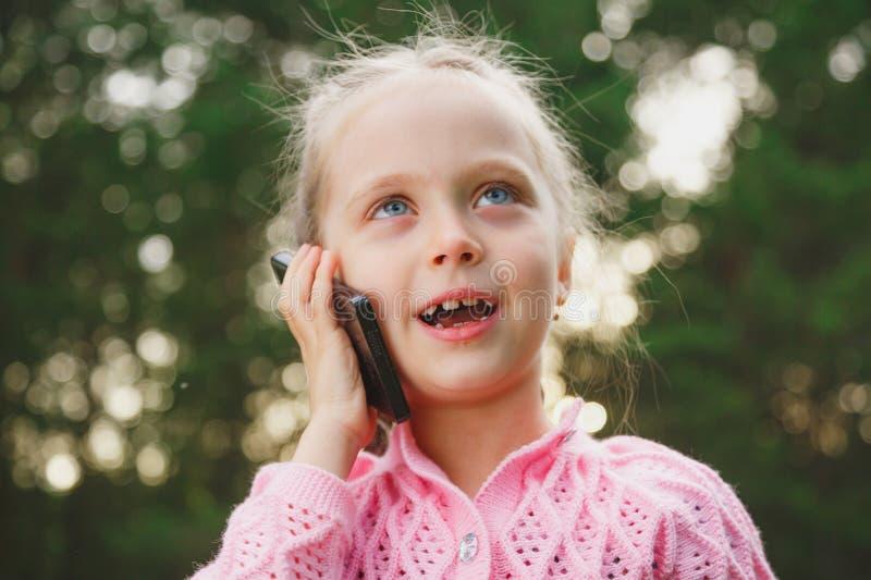 Petite fille avec le téléphone portable photo libre de droits