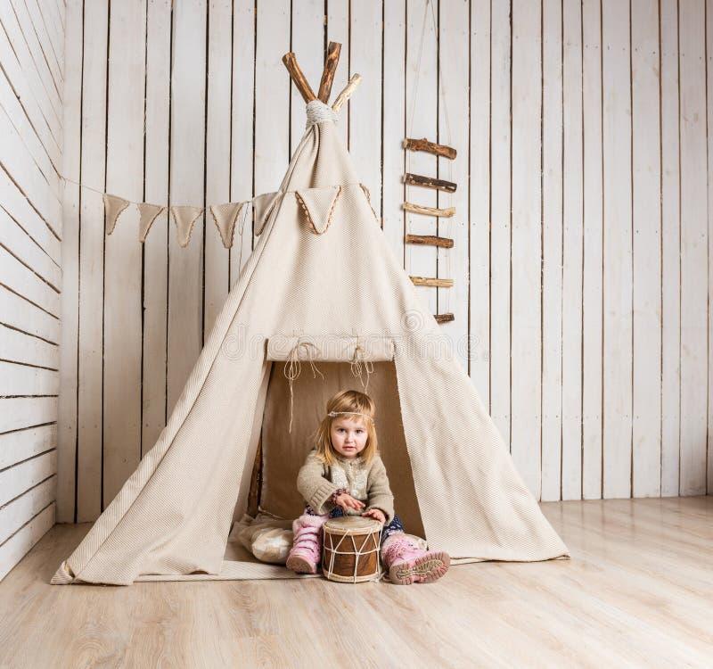 Download Petite Fille Avec Le Tambour Près Du Tipi Photo Stock   Image Du  Fille,