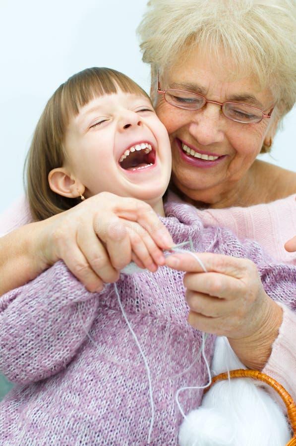 Petite-fille avec le tricotage de petite-fille image libre de droits