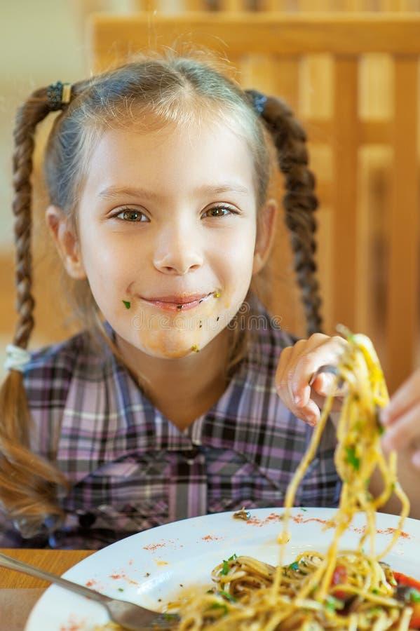 Petite fille avec le visage souillé photo libre de droits