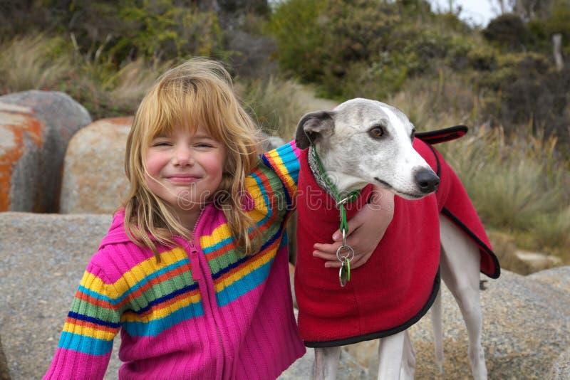 Petite fille avec le whippet au stationnement images libres de droits