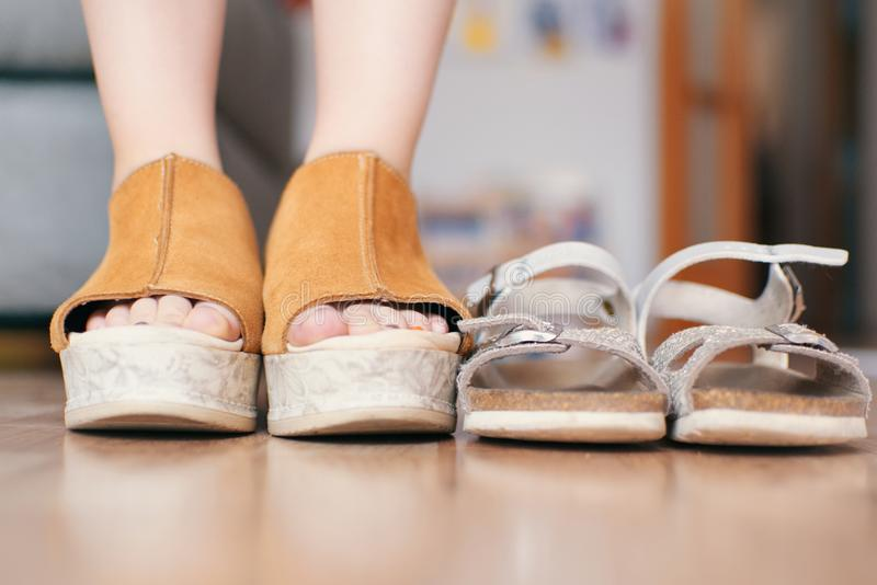 Petite fille avec les chaussures de sa mère à la maison Espace de copie vide photo libre de droits