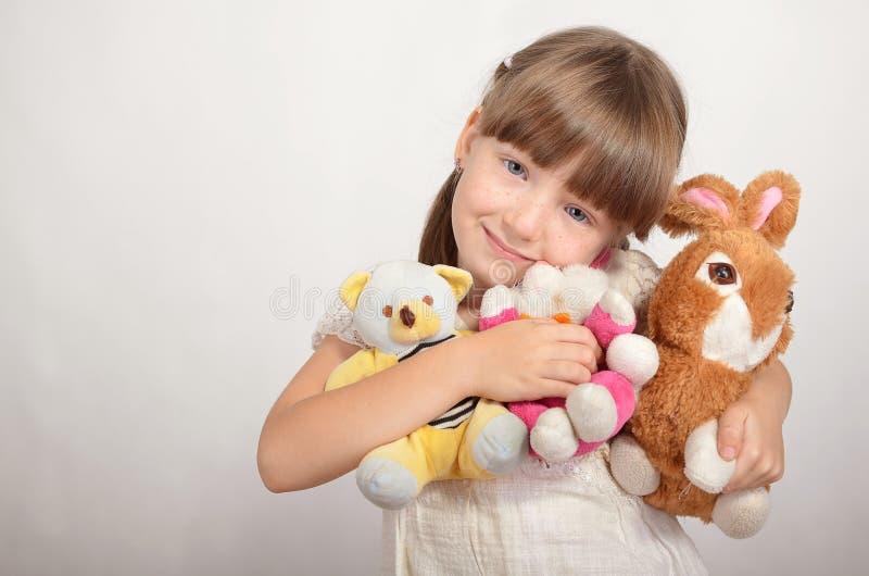 Petite fille avec les jouets mous image libre de droits