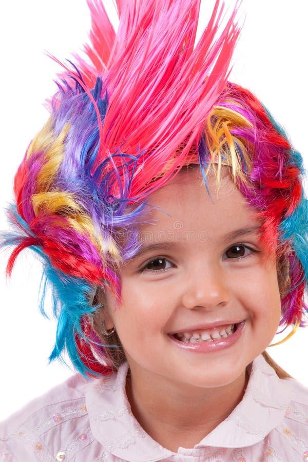 Petite fille avec les perruques colorées photos libres de droits