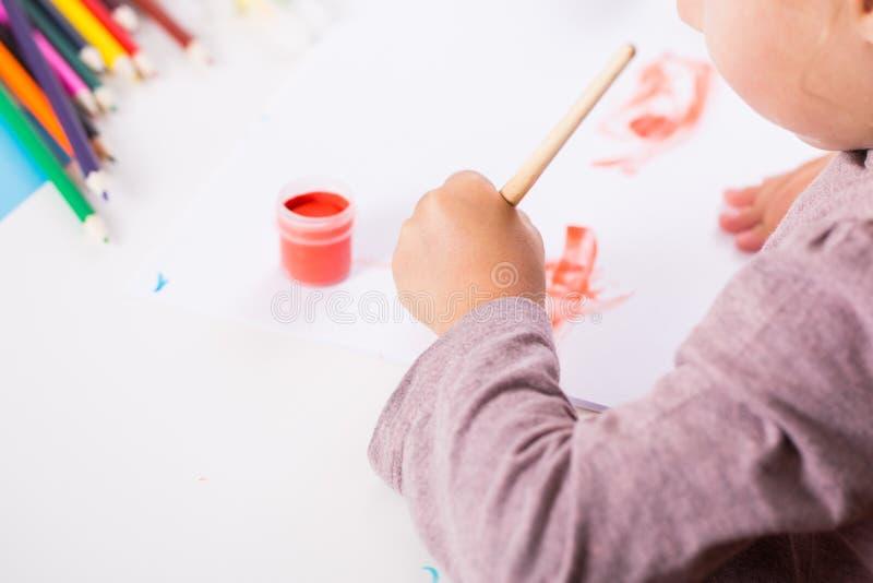 Petite fille avec un balai et des peintures image stock