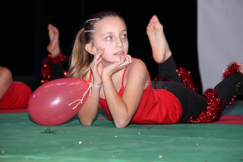 Petite fille avec un ballon pendant une exposition gymnastique photos libres de droits