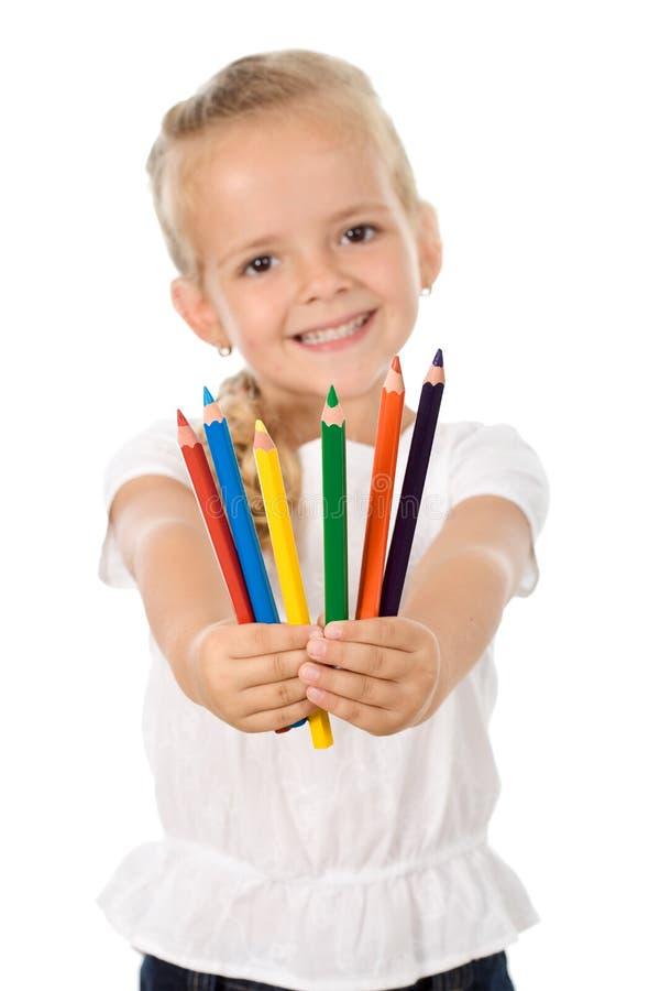 Petite fille avec un bon nombre de crayons - souriant image stock