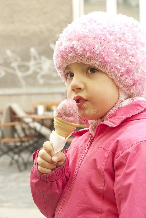 Petite fille avec un cône de crême glacée photographie stock libre de droits