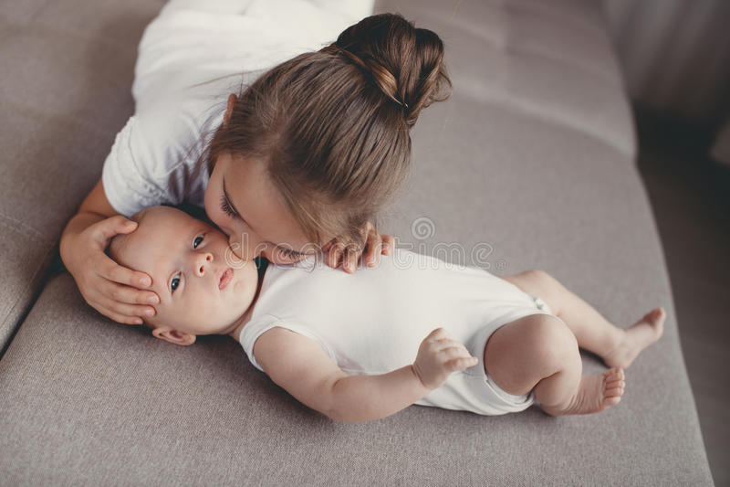 Petite fille avec un frère nouveau-né de bébé photo libre de droits