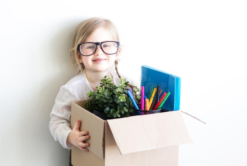 Petite fille avec une boîte image stock