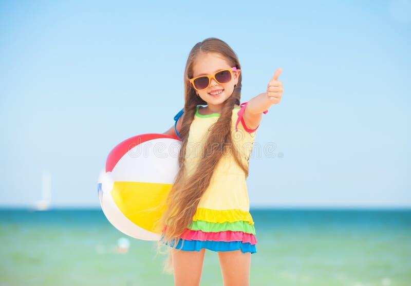 Petite fille avec une boule. photos stock