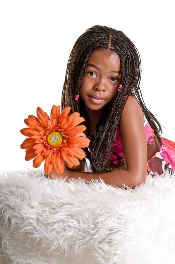 Petite fille avec une fleur photo stock