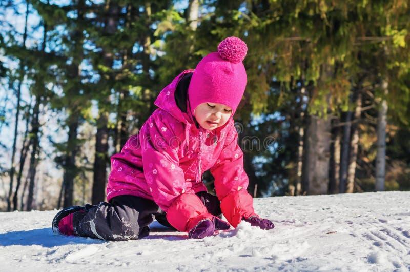 Petite fille ayant l'amusement dans la neige images libres de droits