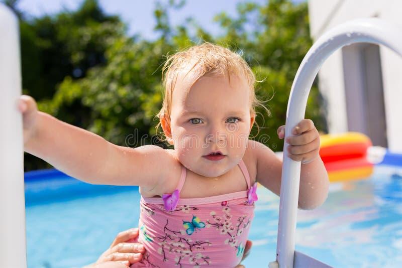 Petite fille ayant l'amusement dans la piscine images libres de droits
