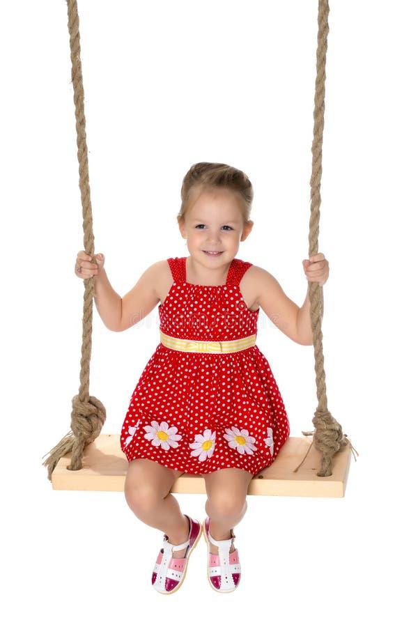 Petite fille balançant sur une oscillation images stock