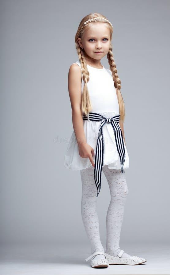 Petite fille blonde dans la robe blanche photos libres de droits
