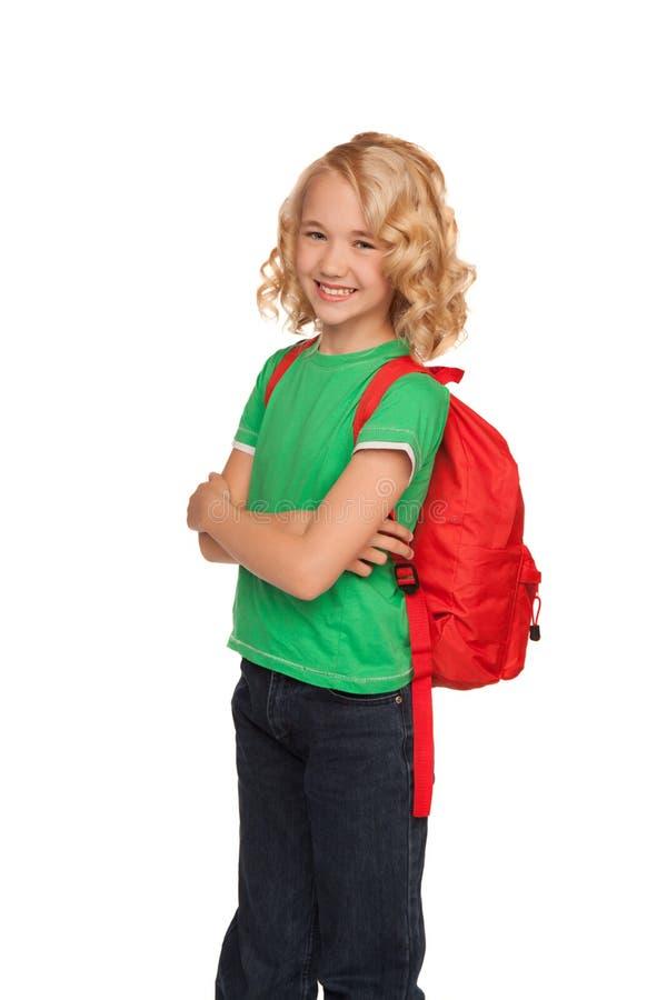 Petite fille blonde dans le T-shirt vert avec le sac rouge photographie stock