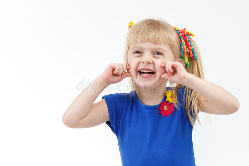 Petite fille blonde drôle avec deux queues faisant la grimace photos stock