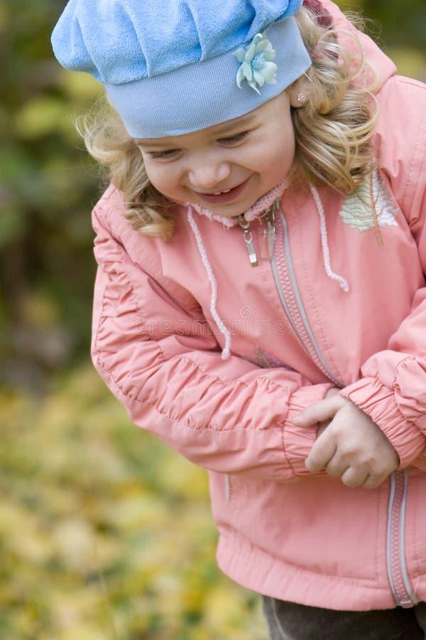 Petite fille blonde en stationnement d'automne image libre de droits