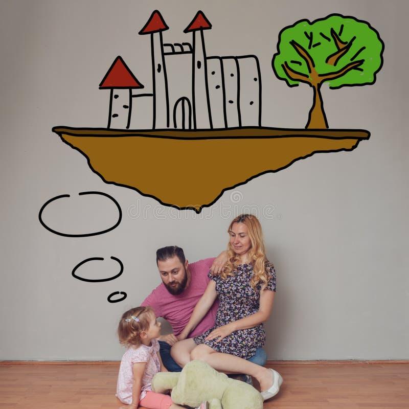 Petite fille blonde mignonne racontant une histoire avec un château à ses parents Concept d'imagination ?ducation d'enfance images stock